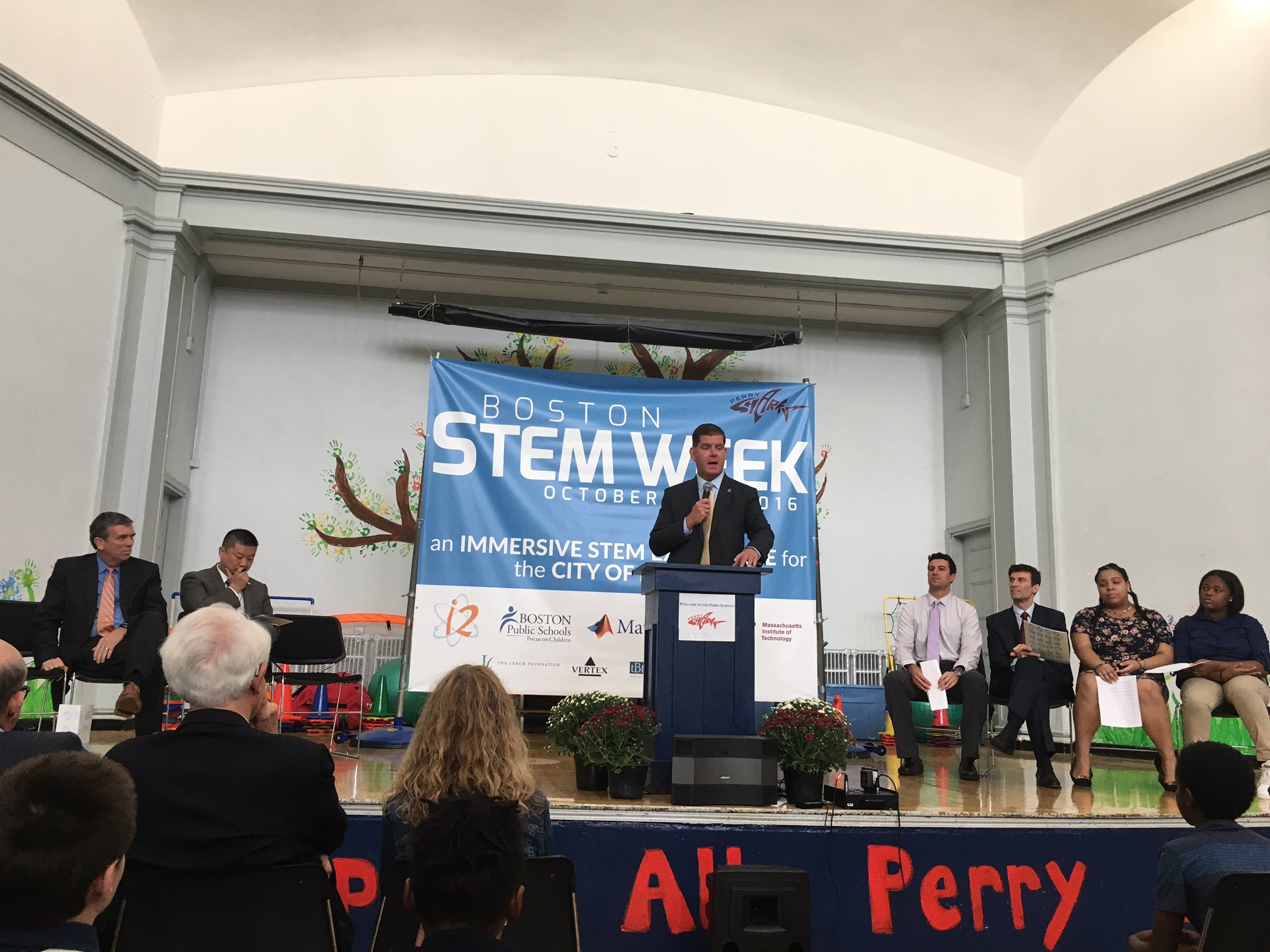 Mayor @marty_walsh kicks off @i2Learning #BostonSTEMWeek at the Perry school. https://t.co/HiehAS9m46