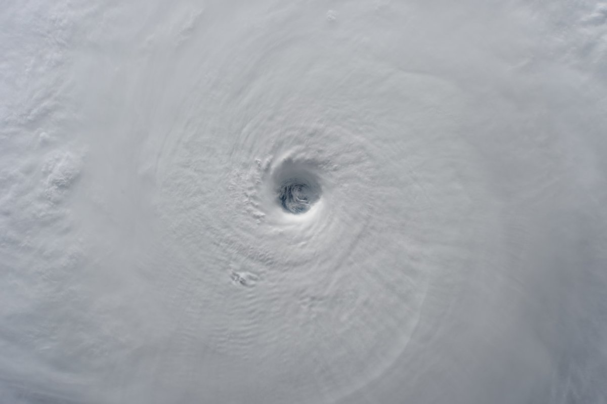 多くの人が実際に見ることができない!宇宙から見た台風がすごいwww