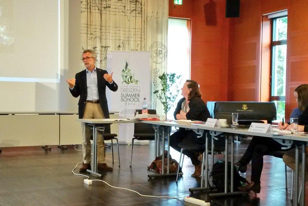 Prof Hans Vorländer analysiert Pegida-Bewegung in Dresden: Zur Lage in einer zerrissenen Stadt #ddss16 #HenryArnold https://t.co/uFnR26zHxK