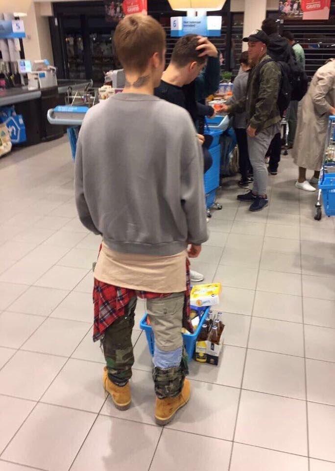 Justin Bieber in de Albert Heijn met z'n mandje. Ik. Ga. Stuk. https://t.co/BuOBXz1hHA