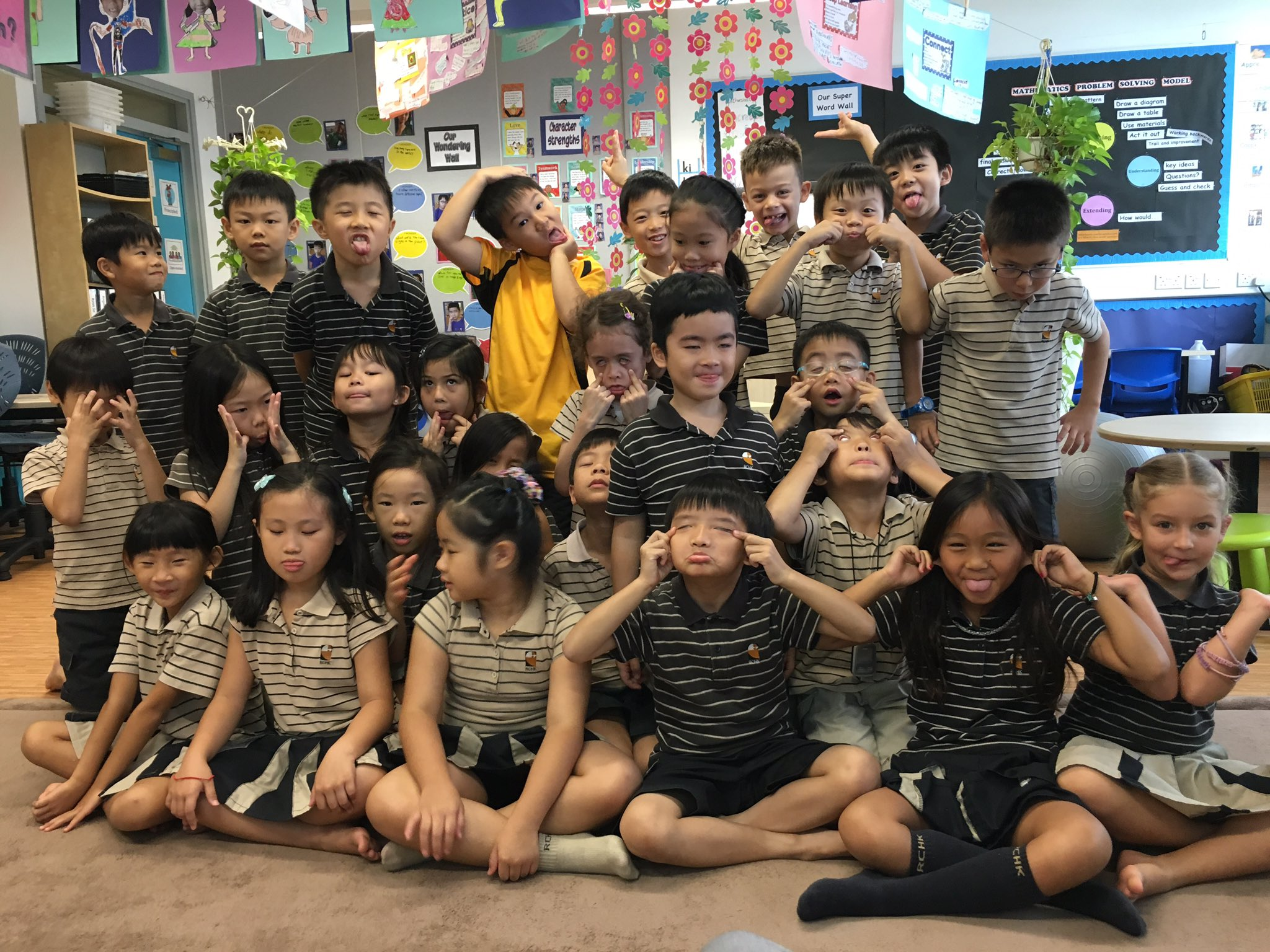 Hello @RESVTlibrary we're excited to meet you! Here are the funny faces of 3LT! #rchkpyp #awesome3LT https://t.co/A9FHKljBFU