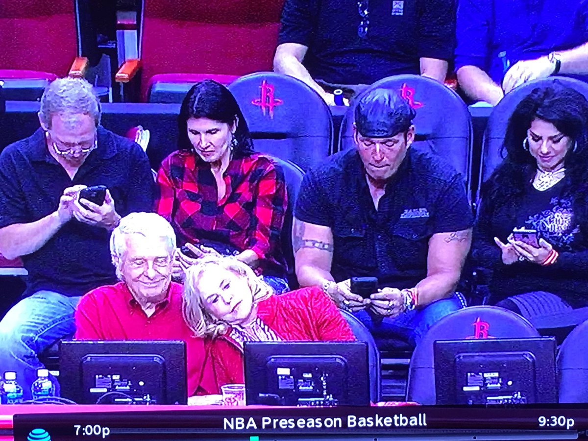 Why do millennials refuse to get off their phones and just watch the game?!?!?! https://t.co/ZBaUF2s1g5