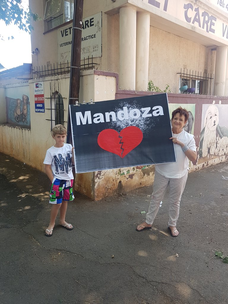 Driving to West Park cemetery down a random suburban road we came across this! #Mandoza #MandozaFuneral https://t.co/zovhjgLlXj
