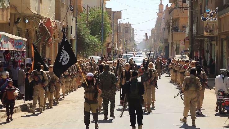 شاهد استعراض لدفعة جديدة من المتخرجين من أحد معسكرات دولـة الخلافة في البوكمال coobra.net