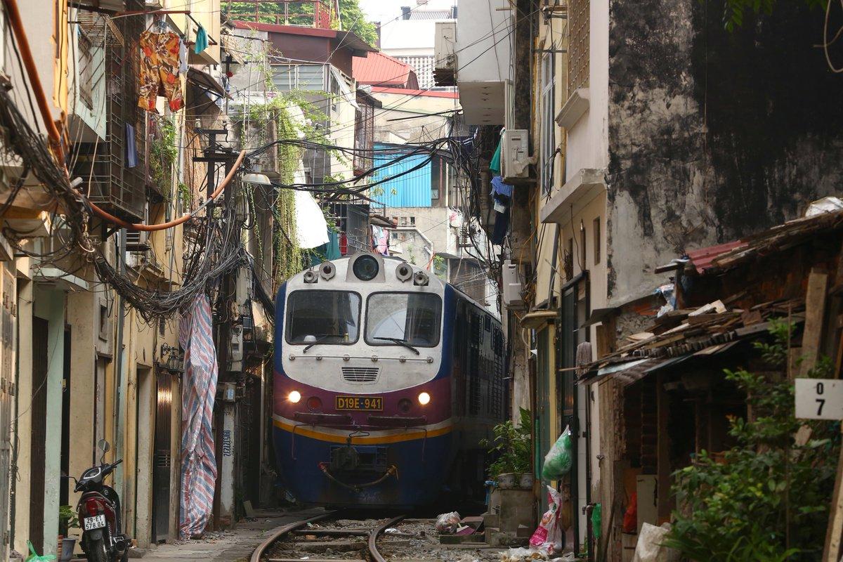 ベトナム国鉄ハノイ駅付近。大幹線である南北線(統一鉄道)だが、駅を出発した途端にこんな路地裏を突き抜けてゆくから面白い。#ヤンゴン発昆明行 pic.twitter.com/H1uRqUGXrB