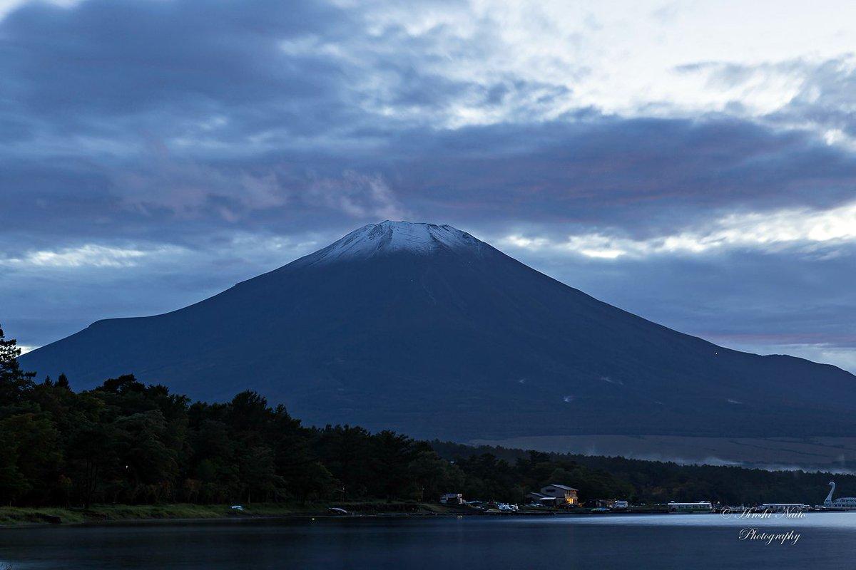 速報!夕焼けは間に合いませんでしたが、富士山冠雪していますよ!山中湖 2016.9.24 #fujisan #富士山 #山中湖 #mysky https://t.co/nArbB846Si
