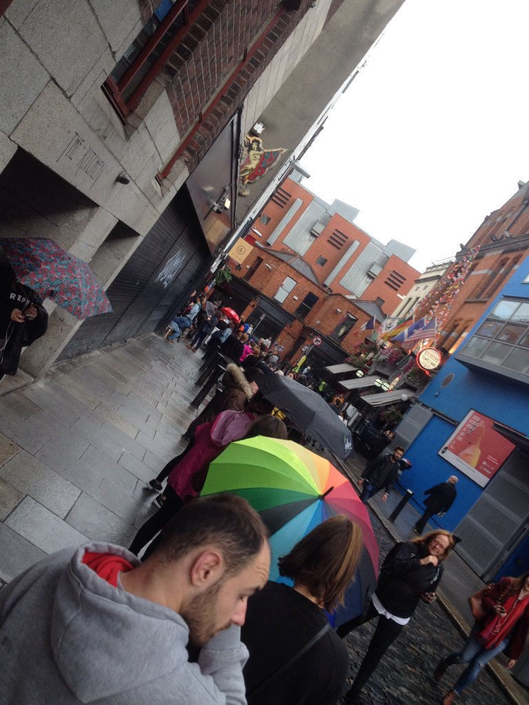 This is the queue for the #RepealThe8th clothing at Indego & Cloth in Temple Bar! #MarchForChoice https://t.co/iNbGIXO9fD