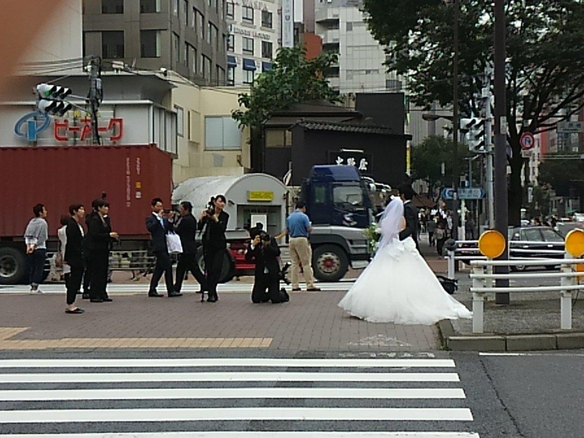 歌舞伎座バックにフォトウェディングカップル