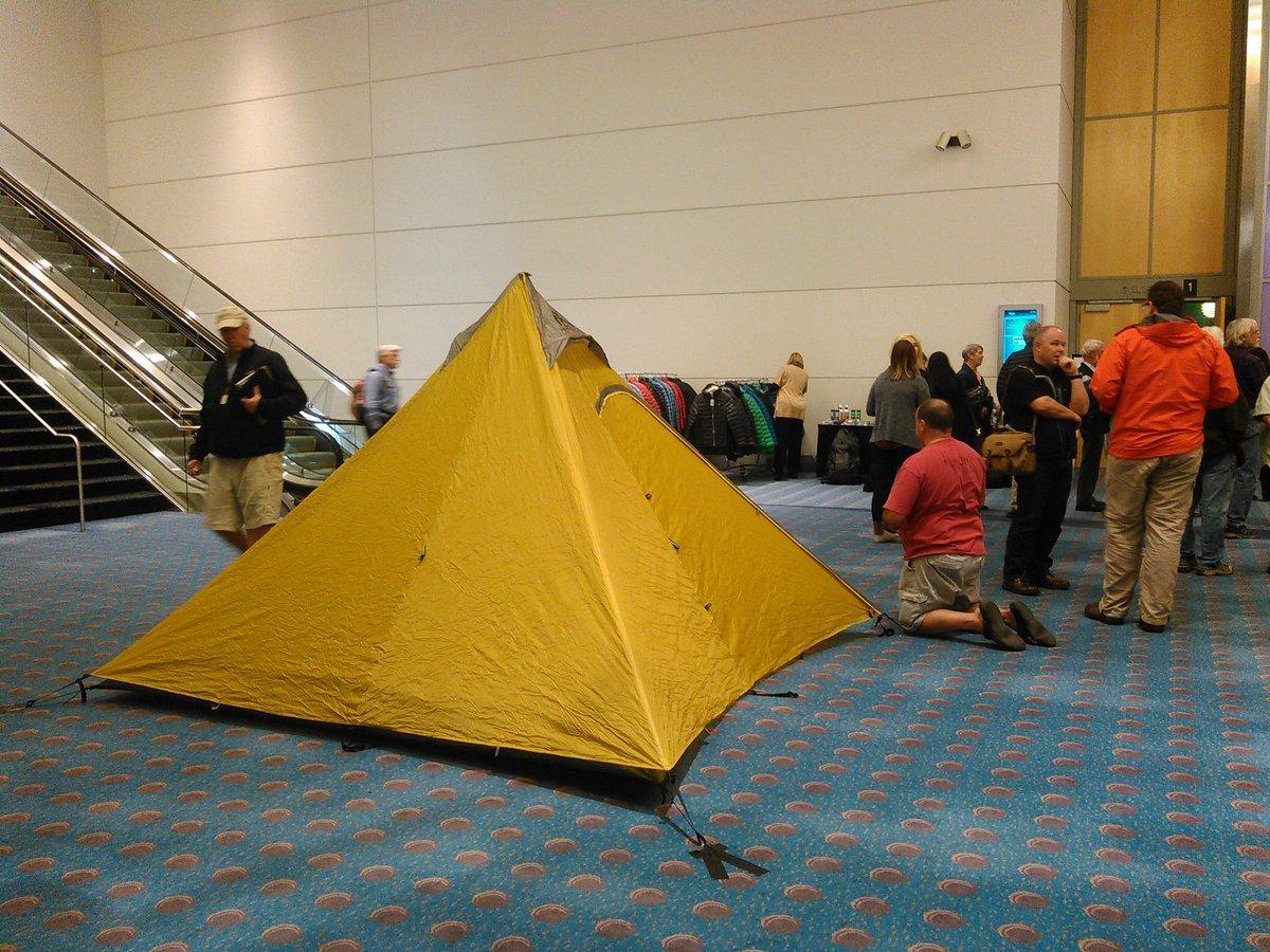 アメリカ地質学会くらいになると、会場で突然キャンプする奴が現れる