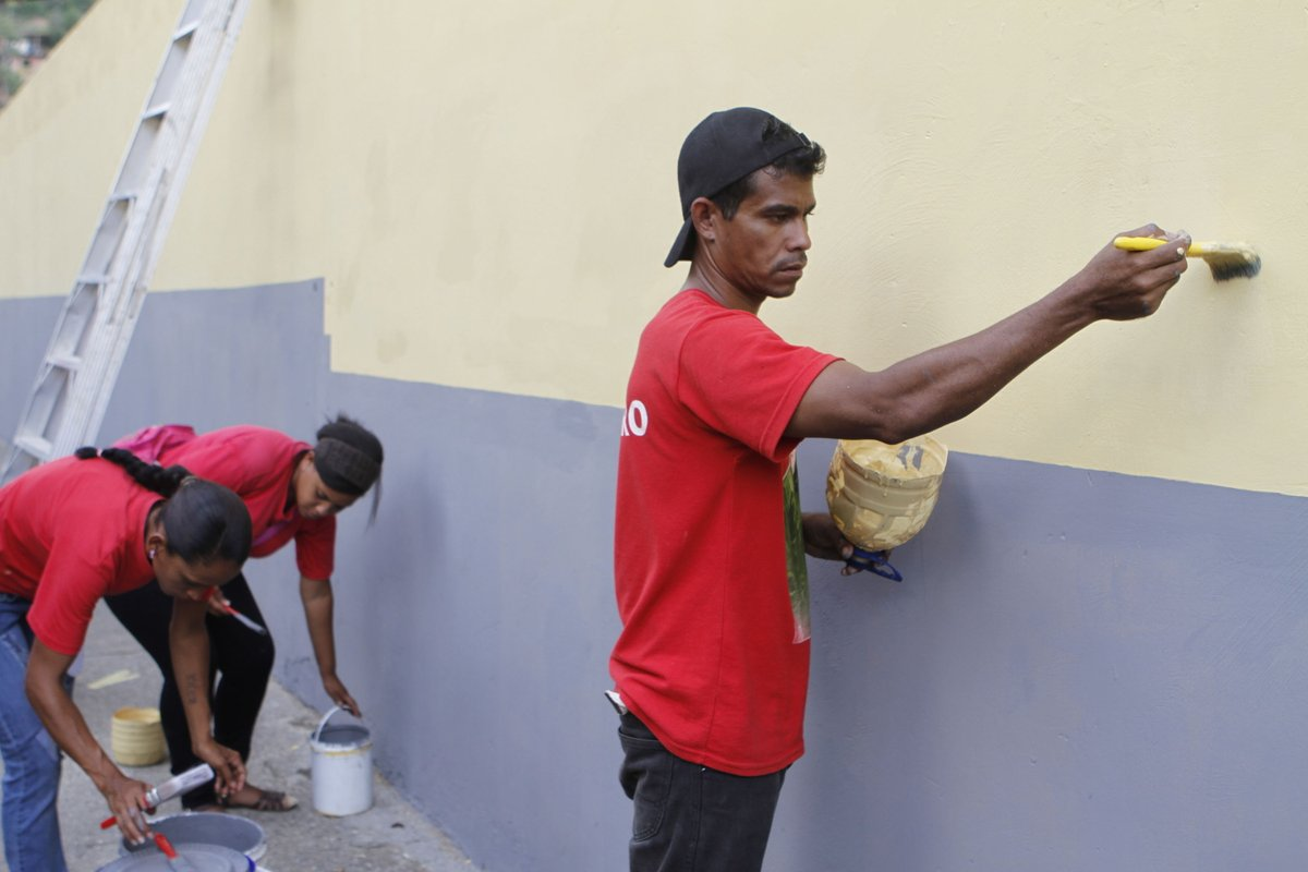Habitantes de Petare refaccionan liceo Mariano Picón Salas de cara a nuevo año escolar