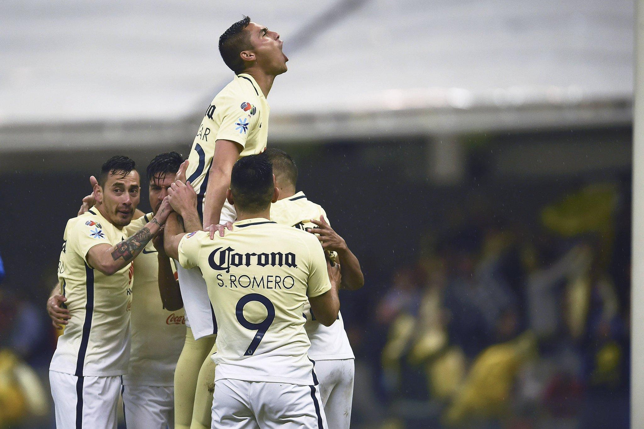 Paul Aguilar festeja el gol del América.