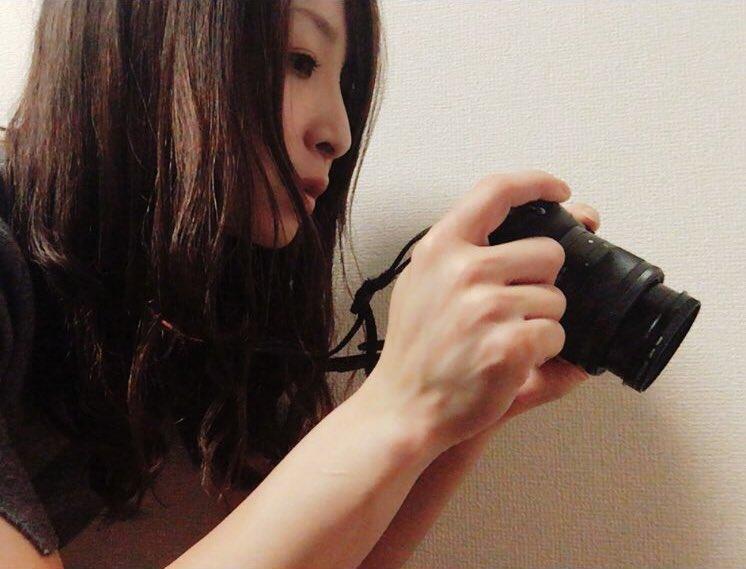カメラを持つかわいい佐藤あり紗