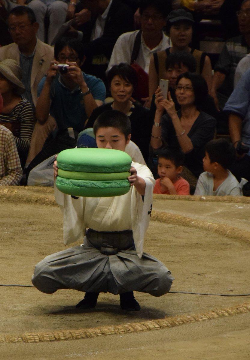 <千秋楽の様子>優勝した豪栄道に日仏友好杯。今場所はエメラルドグリーンのビッグマカロン。表彰式の様子は後日ツイートします。#sumo pic.twitter.com/FiLLxKVTxw