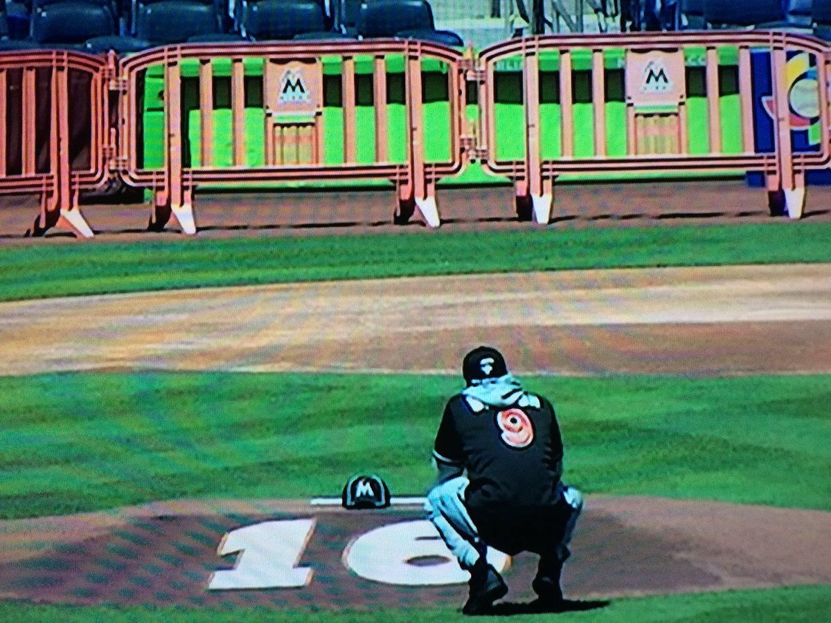 Dee Gordon kneeling at the mound tribute to Jose Fernandez (via @MLBNetwork) https://t.co/pe9Wraswvd