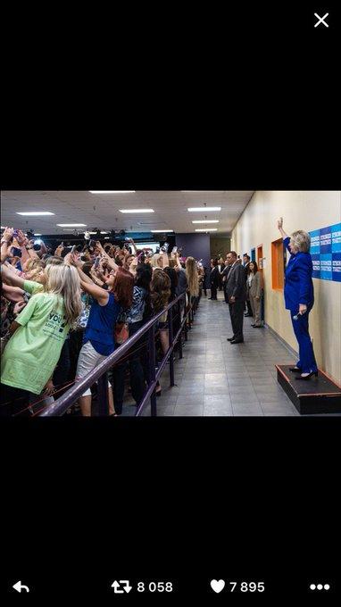 Notre époque... Ses supporters tournent le dos à H. Clinton, +préoccupés par leur selfie que de la voir 'en vrai'