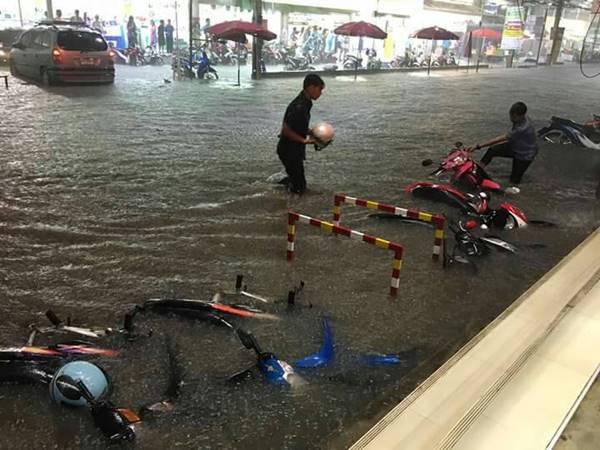อ่วม ตลาดเซฟวัน โคราช น้ำท่วมหนัก สูงกว่าครึ่งรถมอเตอร์ไซค์ #น้ำท่วม #Thaiflood https://t.co/LMWoP2KIRo https://t.co/FMqtzSQOmE