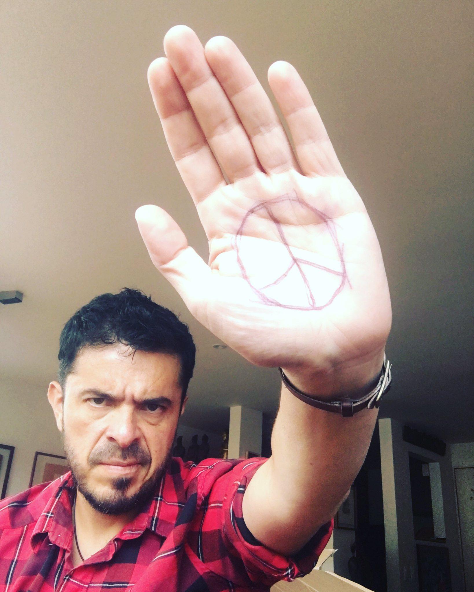 Hoy empezamos a cambiar nuestra historia, y la escribimos con democracia, no con sangre... #Peace4Colombia https://t.co/Ye0NGBKRLl