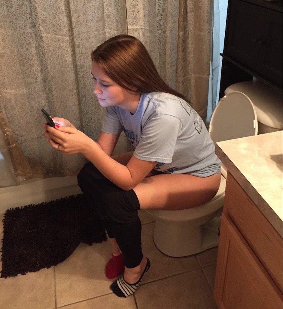 милашка в туалете
