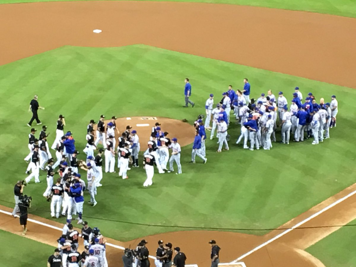 "Mets and Marlins hugging it out pregame as chants of ""Jose"" start. https://t.co/cwiOTpTTK3"