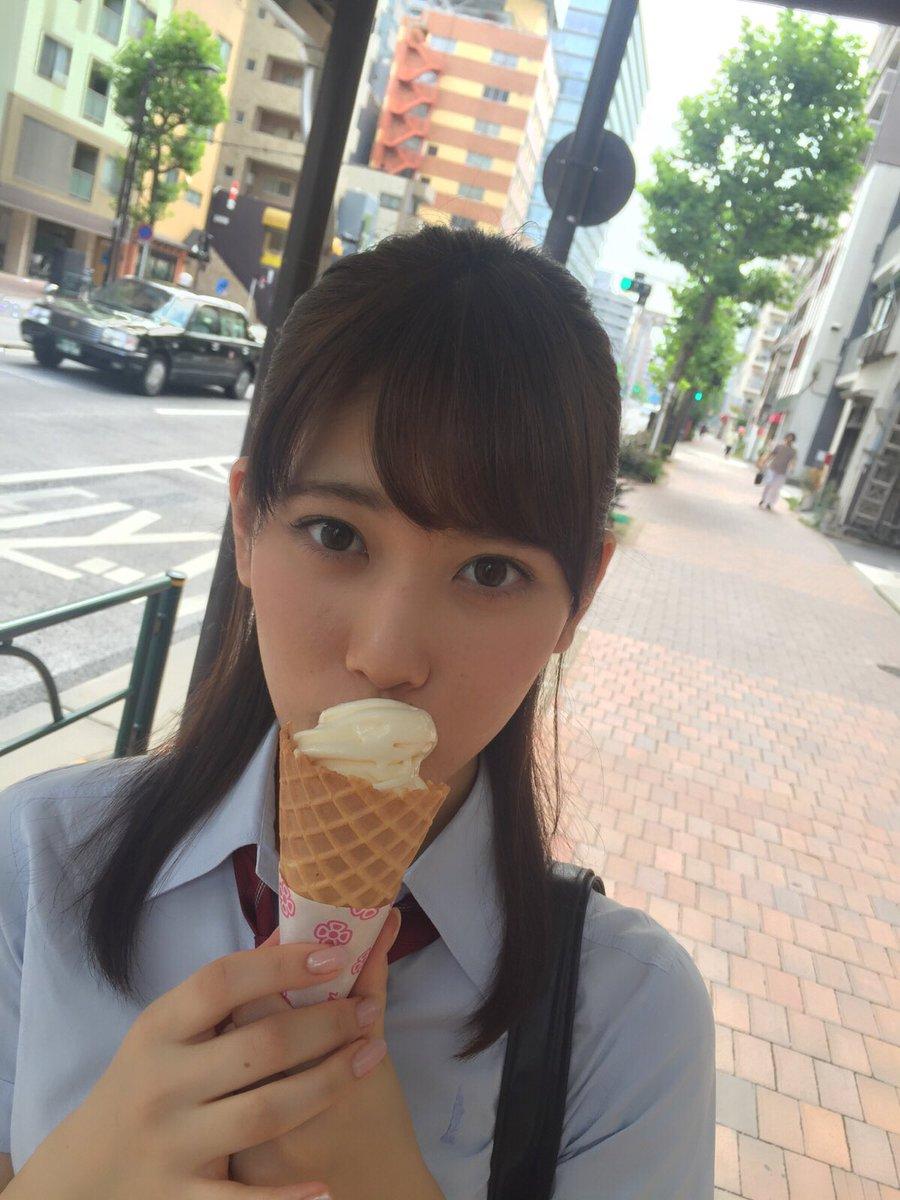 アイスクリームを食べる伊藤純奈