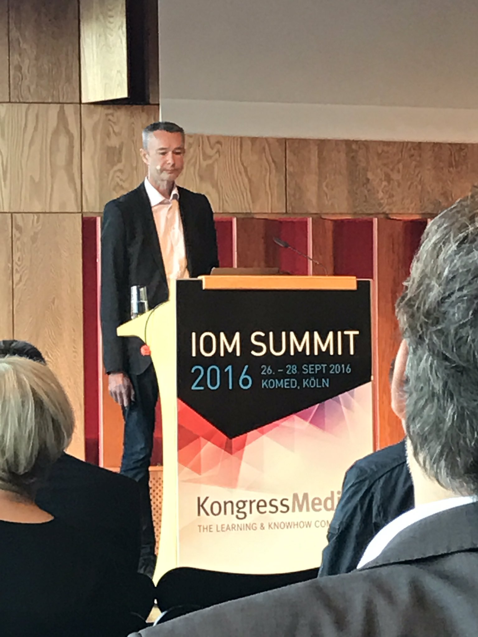 Now on stage: @leebryant differs the operating system of #SocialBusiness from the operating model #ioms16 https://t.co/nZPD7dZtGG