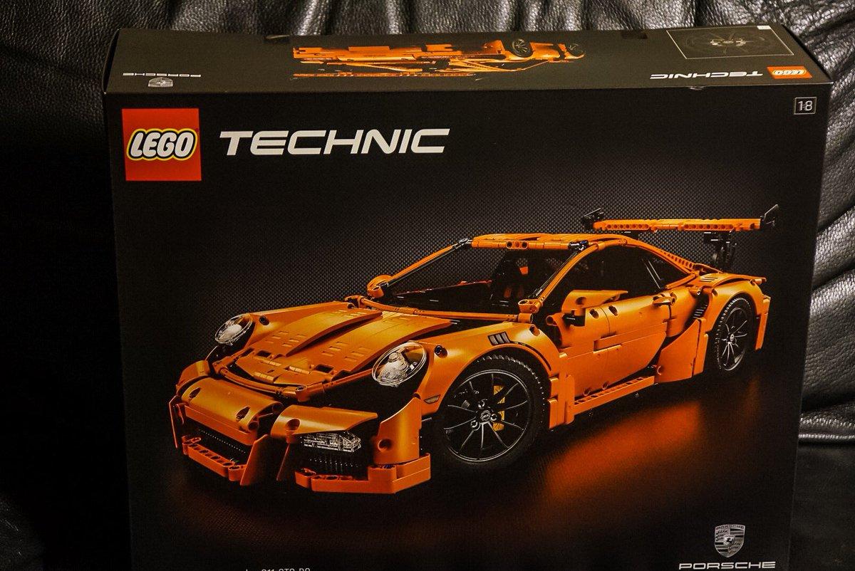 LEGOのポルシェ。取説が極厚の569ページもあって、クラクラする。