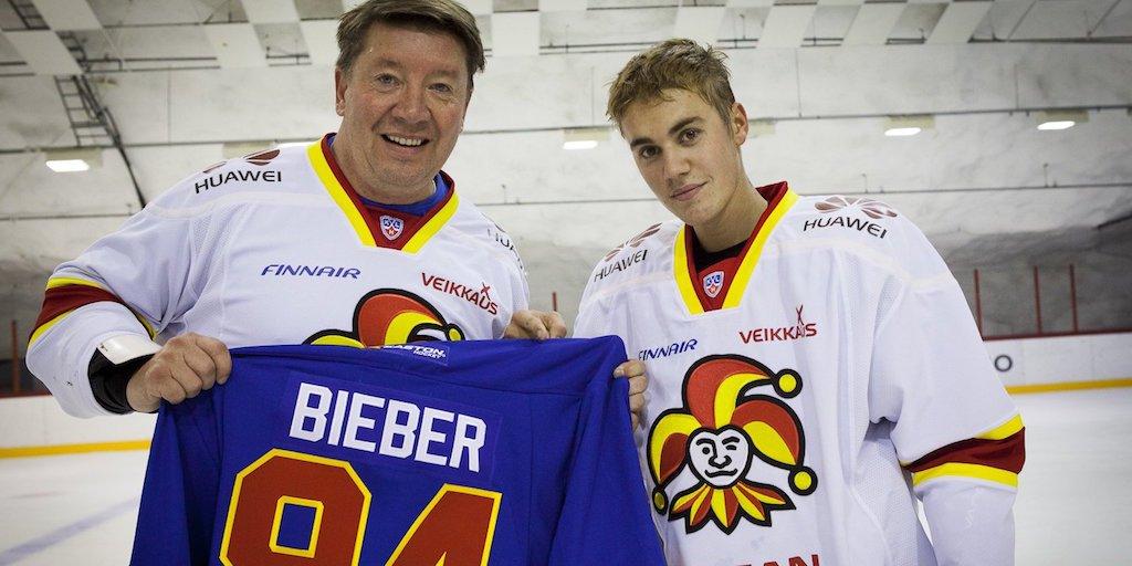Justin Bieber skates with Jari Kurri, Jokerit. https://t.co/3icTfuqLLc