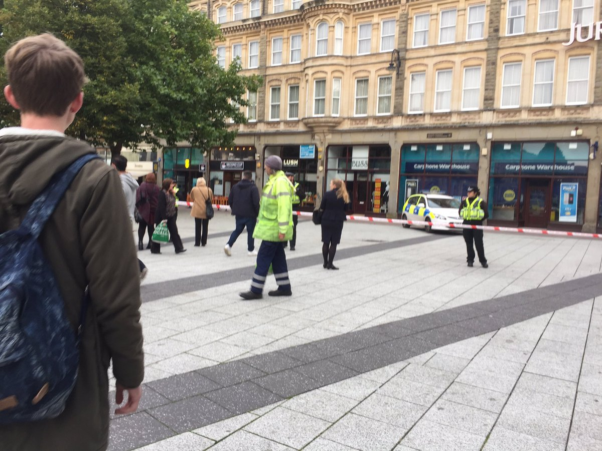 Queen street - police have closed off part of the street https://t.co/RoauhZmI6e