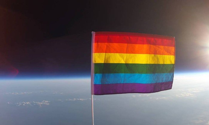ONG envia a primeira bandeira do orgulho LGBT para o espaço. https://t.co/TFZMBxAm2i