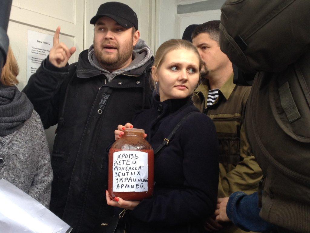 """""""Вы настоящий, натуральный гаденыш. Фашист. Ненавижу вас. Это мусор. Ему не место в России"""", - в Сахаровском центре в Москве облили краской фотографии, посвященные войне в Украине - Цензор.НЕТ 3055"""