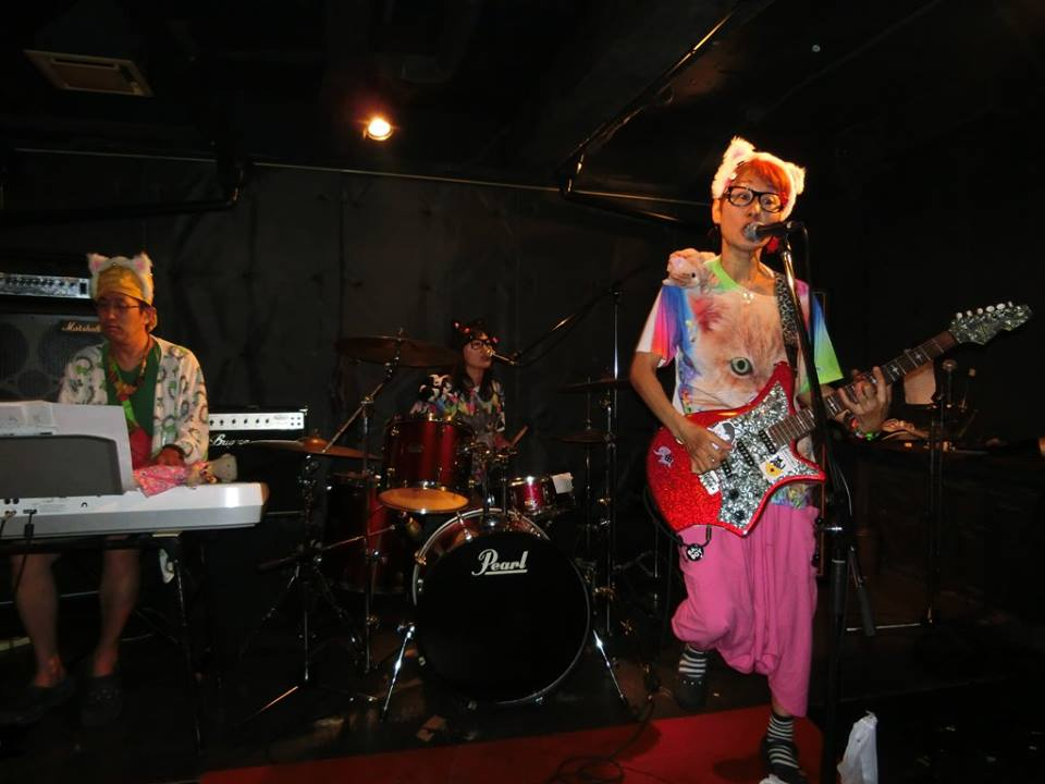 「WCA」でロックピアノを弾くひんでんさん。BD バッヂ(Toshi 閣下) 企画にて。