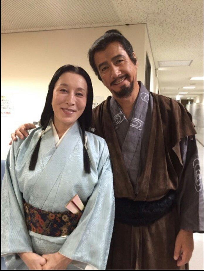 草刈正雄さんに肩を抱かれて笑顔の高畑淳子