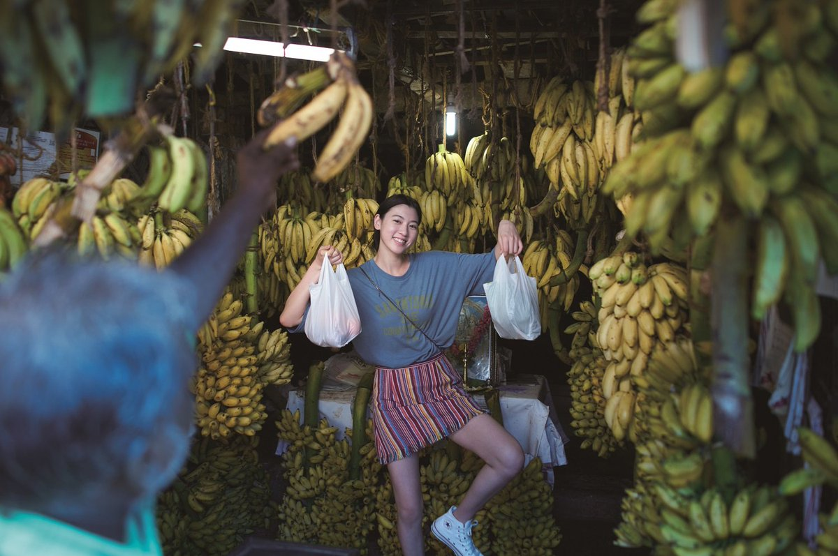 バナナに囲まれる三吉彩花