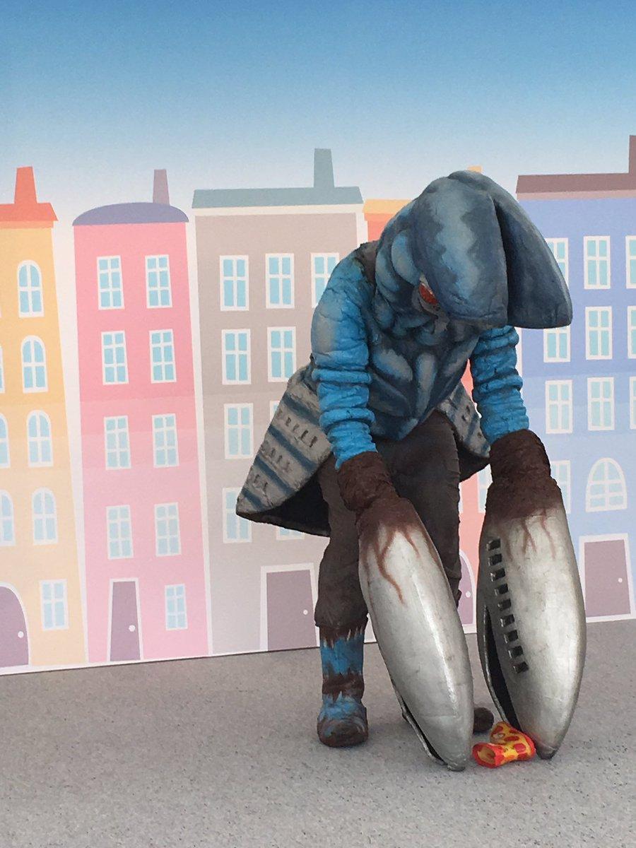 本日のベストショット撮影&握手会にて小さな男の子が落とした長靴を両腕のハサミを使って器用に拾ってあげる優しいバルタン星人がとても可愛い pic.twitter.com/ATajEXMflc