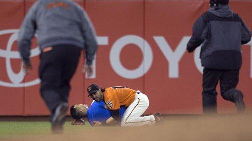 Giants left-fielder Angel Pagan body-slams fan in left field during 9-3 win over Dodgers