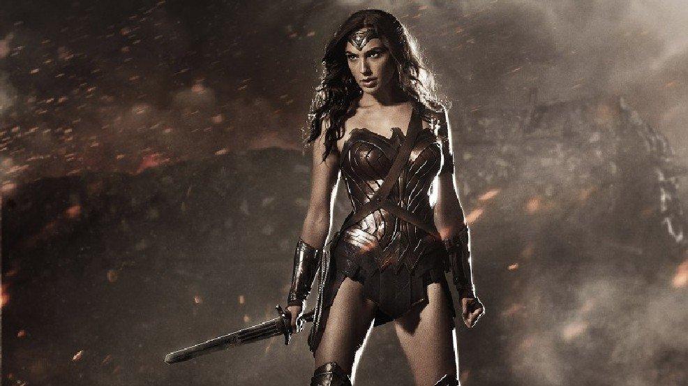 'Wonder Woman' comics writer reveals character is gay >>