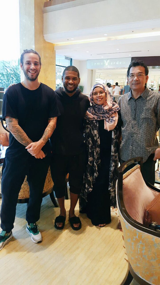 Meanwhile in Malaysia.. my parents are hanging out with @usher! Lol!❤️ https://t.co/6la9F95cXd