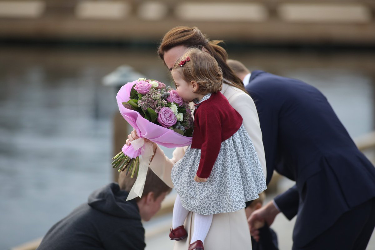 The Duchess of Cambridge is offered some last flowers before #RoyalTourCanada officially ends. #RoyalVisitCanada https://t.co/Mc0AY3ILjA