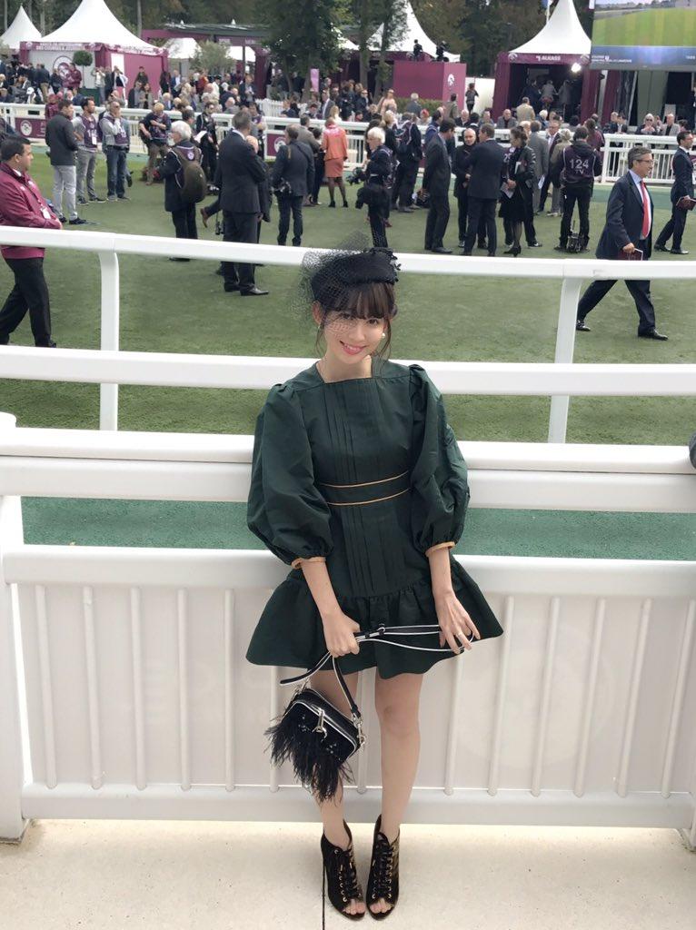 緑のドレス姿が可愛い小嶋陽菜