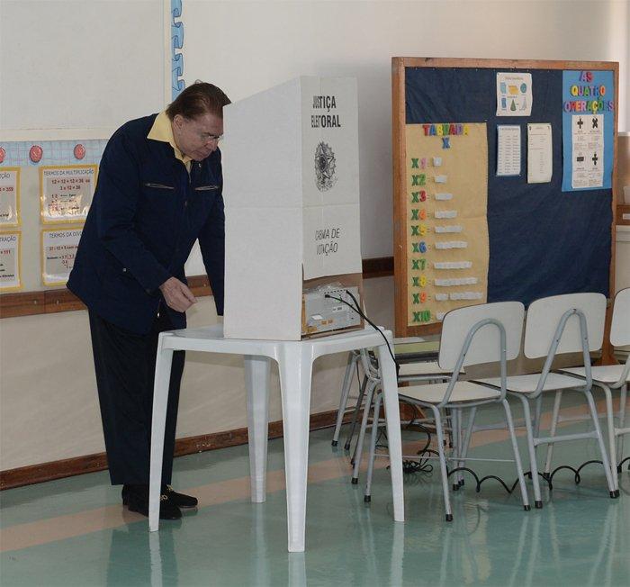 Silvio Santos votando na urna passando por sua timeline https://t.co/Dijh4dfRVz