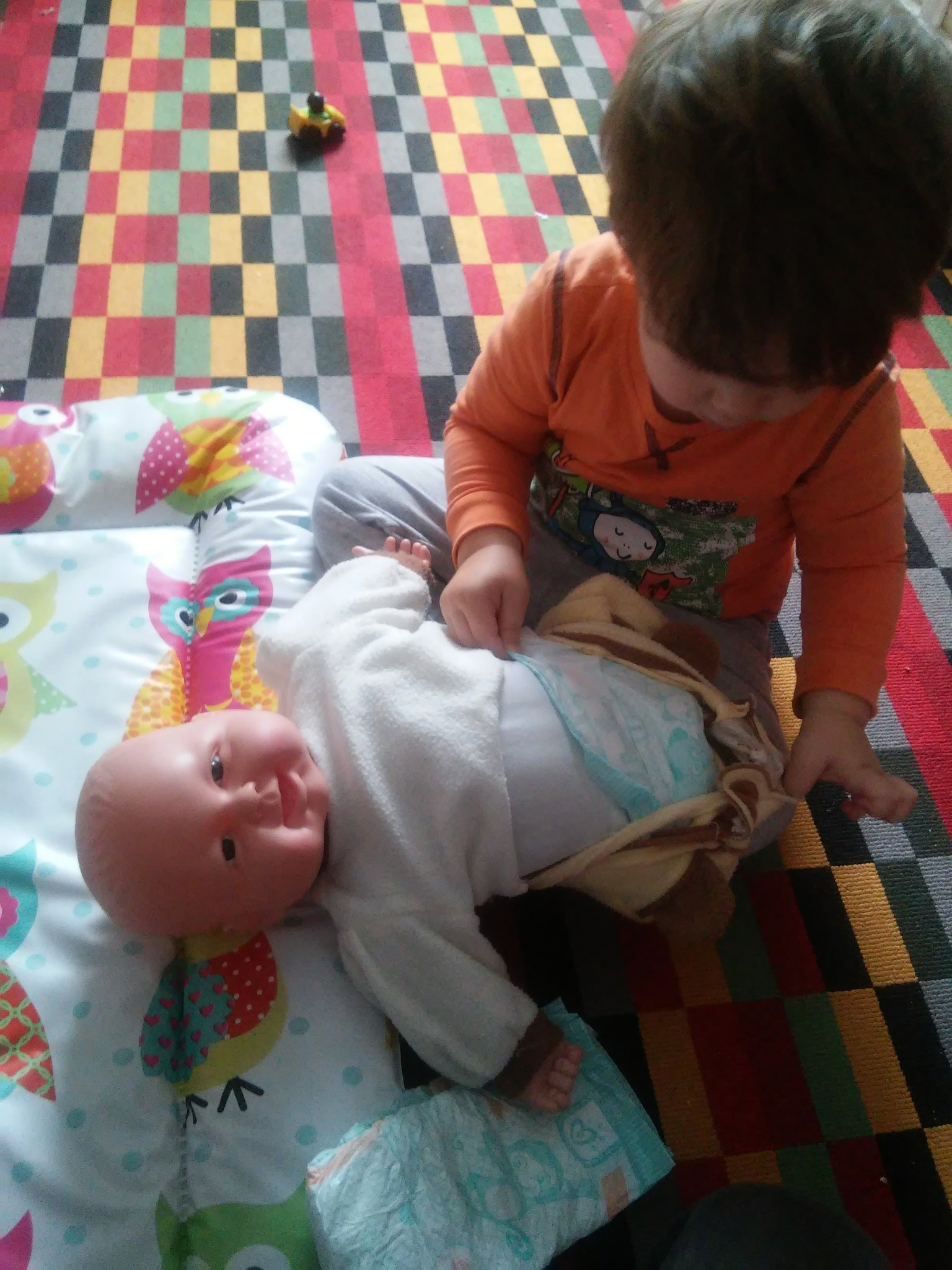 Like father, like son: changing diapers takes practice! ;) @LetToysBeToys https://t.co/eHxuQEet0f