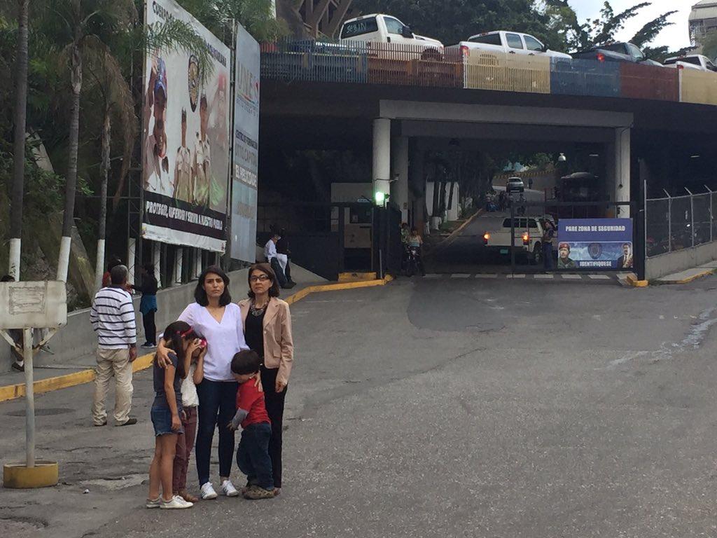 Patricia de Ceballos y familia en la entrada del Helicoide   Foto: Twitter