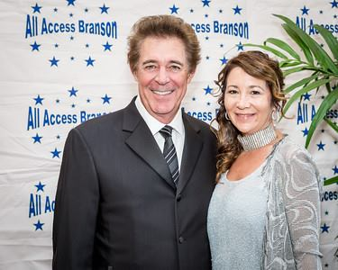 Barry Williams avec engageante, femme Tina Mahina