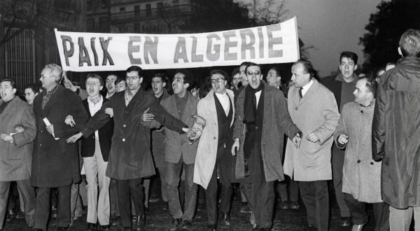 20)Ils brandissent des drapeaux et écharpes aux couleurs vertes et blanches du FLN et scandent : Algérie algérienne! Paix en Algérie! https://t.co/8heIUKKxj7