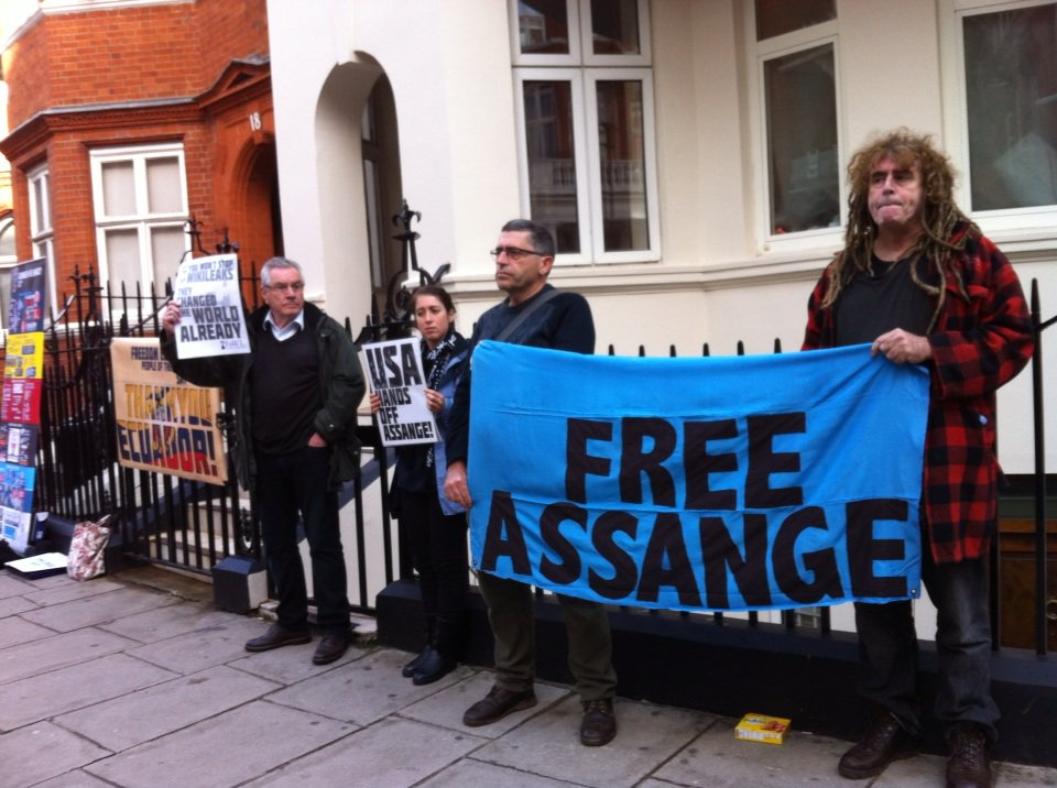 While US Alt Right nuts pretend #ASSANGE is dead, UK supporters like @greekemmy @CiaronOReilly guard embassy gates. https://t.co/sZaw4QhppL