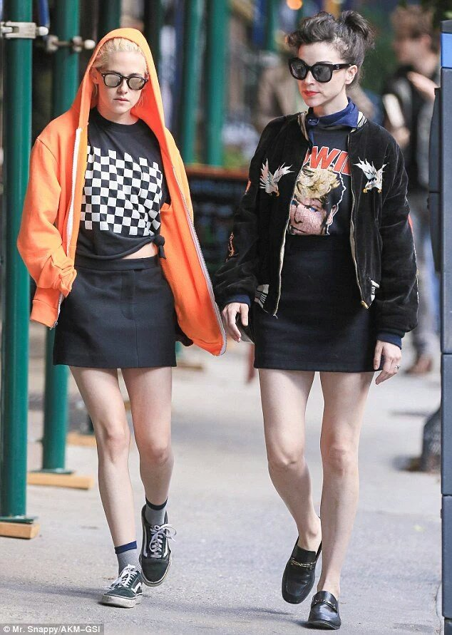 NEW pictures of Kristen Stewart with St. Vincent in NYC! https://t.co/PDsRCoYt5Y