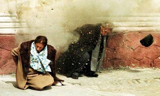这张照片真好看,百看不厌: 齐奥塞斯库夫妇被执行枪决 https://t.co/eBsks4yAaF