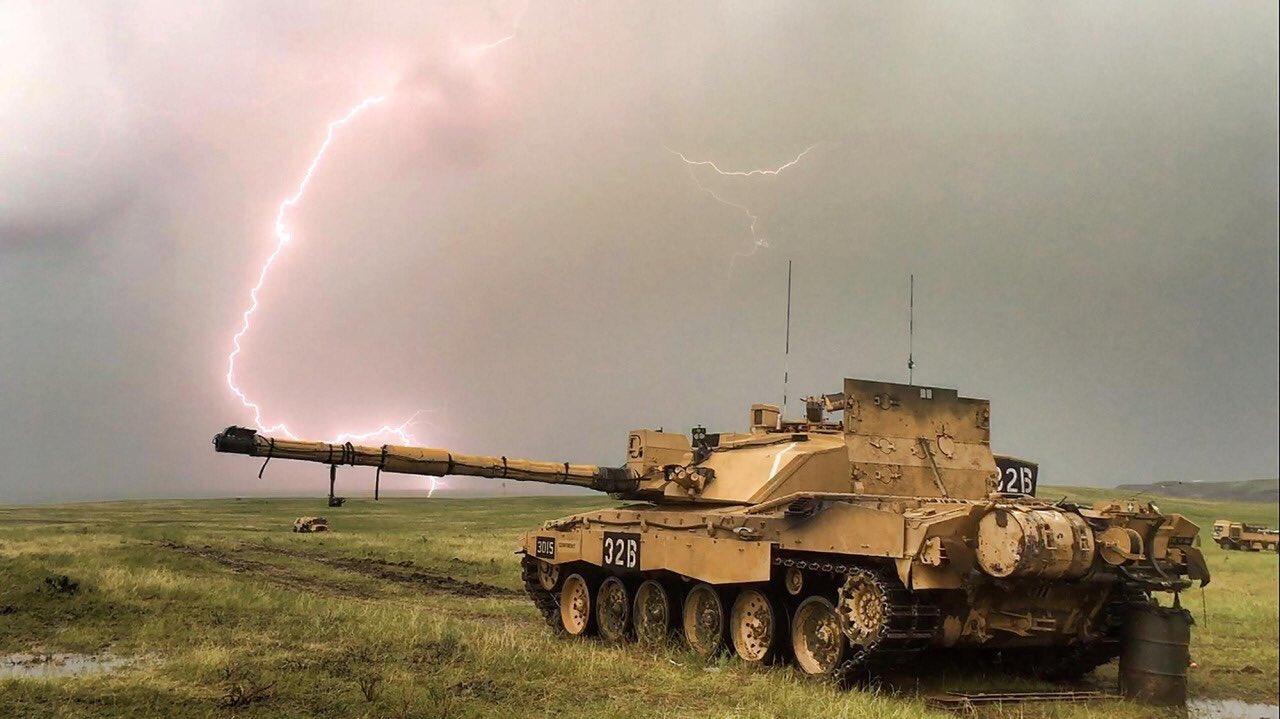 雷と戦車の壁紙