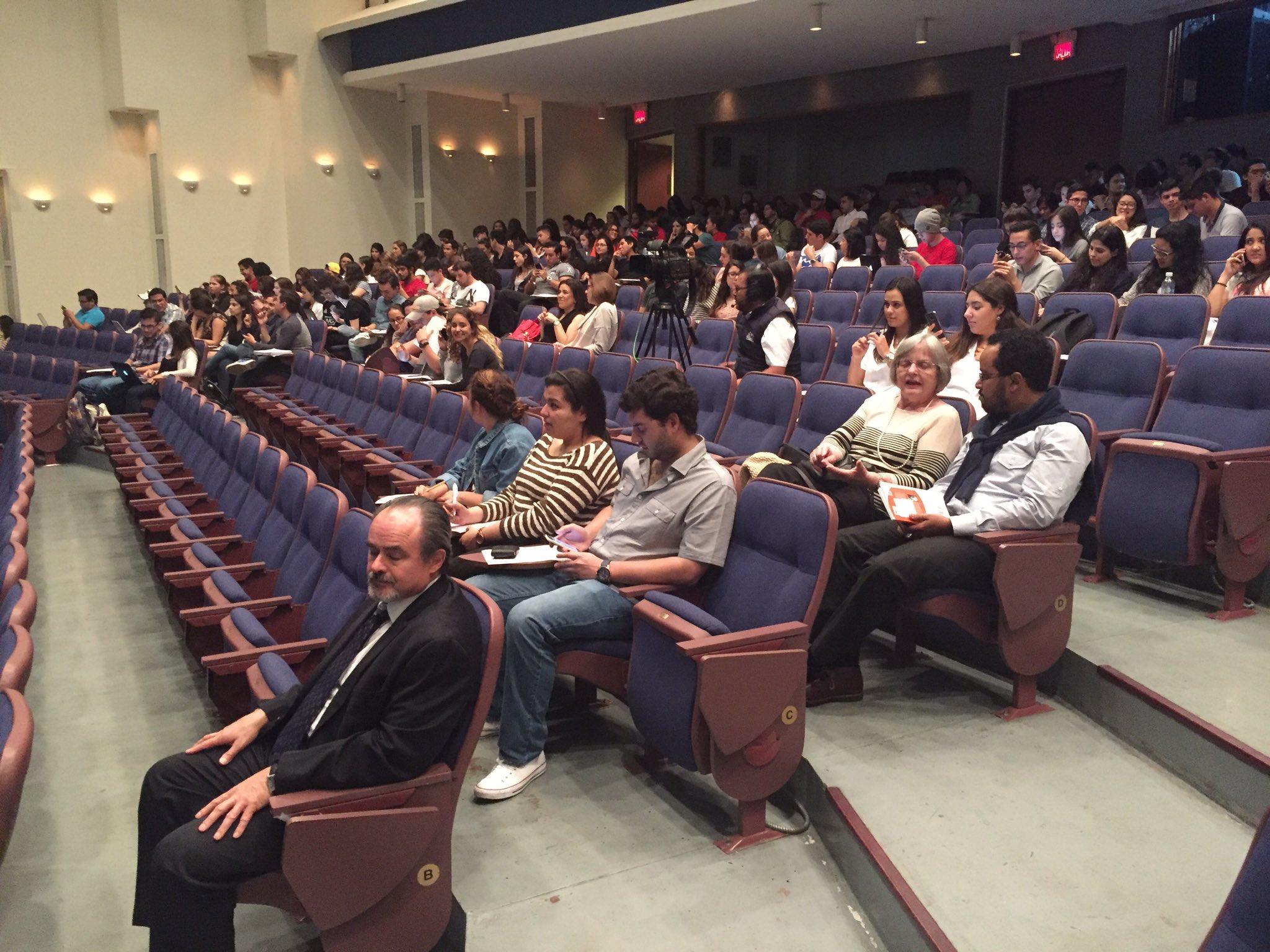 Entre el público @WOrbaugh en la conferencia de @yoanisanchez #YoaniUfm https://t.co/LNSn2mqJrl