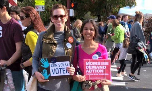 #Seattle @MomsDemand members campaign 4 #Yeson1491 at local farmers market! #MomsDemand #ExtremeRiskProtectionOrders https://t.co/VqmV2QMUk7
